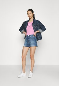 Tommy Jeans - ESSENTIAL LOGO TEE - T-shirt imprimé - pink daisy - 1