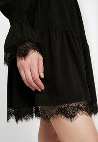 NA-KD - SMOCKED FLOUNCE DETAIL DRESS - Denní šaty - black - 6
