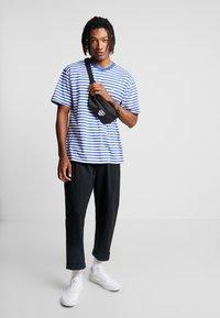 Obey Clothing - ICON STRIPE BOX TEE - T-shirt imprimé - blue multi - 1