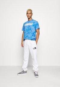STAPLE PIGEON - LOGO TEE UNISEX - Print T-shirt - blue - 1