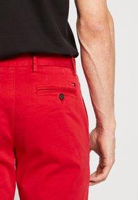 Tommy Hilfiger - DENTON FLEX   - Chino kalhoty - red - 3