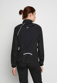 ONLY PLAY Tall - ONPPERFORMANCE RUN JACKET - Chaqueta de entrenamiento - black - 2