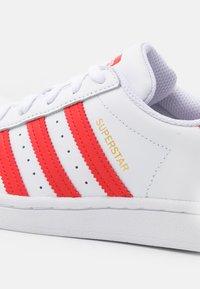 adidas Originals - SUPERSTAR UNISEX - Trainers - footwear white/vivid red/gold metallic - 4