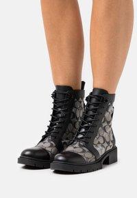 Coach - LANA BOOTIE - Šněrovací kotníkové boty - black - 0