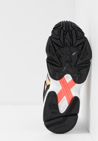 adidas Originals - YUNG-96 CHASM - Sneakers basse - core black/semi coral/solar red - 5