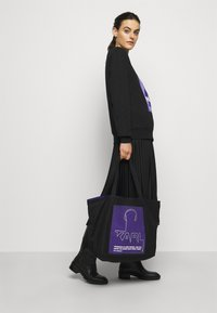 KARL LAGERFELD - VOICES MUSIC SHOPPER - Tote bag - purple - 1