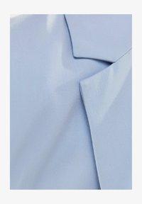 MIT KNÖPFEN  - Short coat - light blue