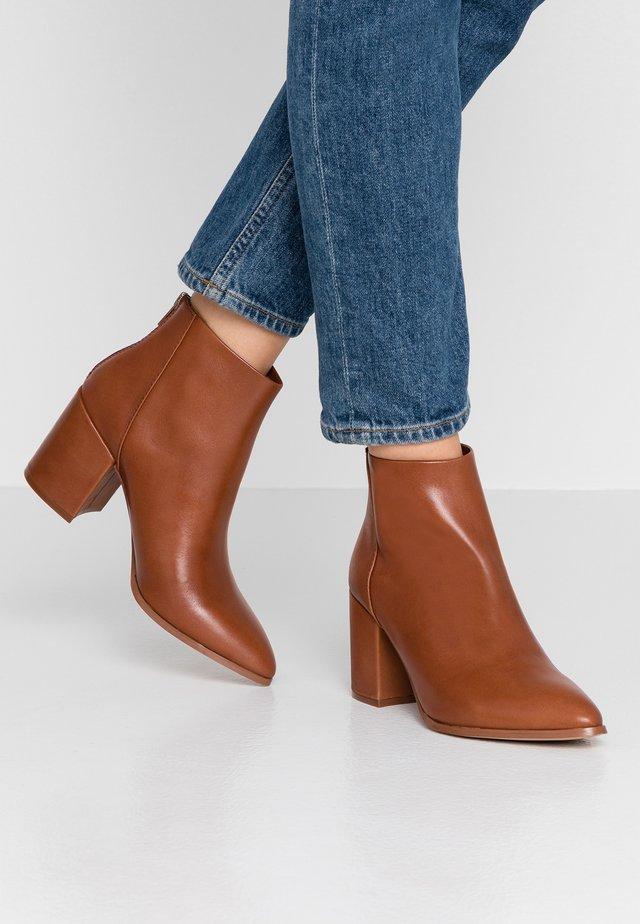 JILLIAN - Boots à talons - cognac