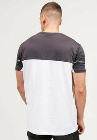 Kings Will Dream - VEZ - Print T-shirt - asphalt/white - 2