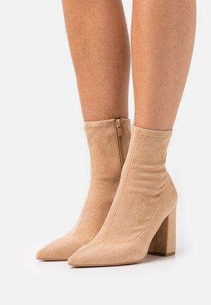 BLOCK BOOTS - Korte laarzen - beige