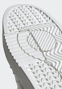 adidas Originals - SUPERCOURT - Sneakersy niskie - grey one/crystal white - 8