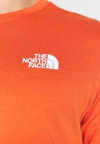 The North Face - MEN´S TEE - Triko spotiskem - burnt ochre/monterey blue ashbury - 5