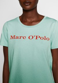 Marc O'Polo - SHORT SLEEVE CREW NECK - Triko s potiskem - misty spearmint - 4