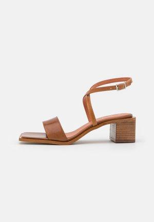 Sandály - cognac poncho