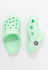 Crocs - CLASSIC UNISEX - Sandały kąpielowe - neo mint - 0