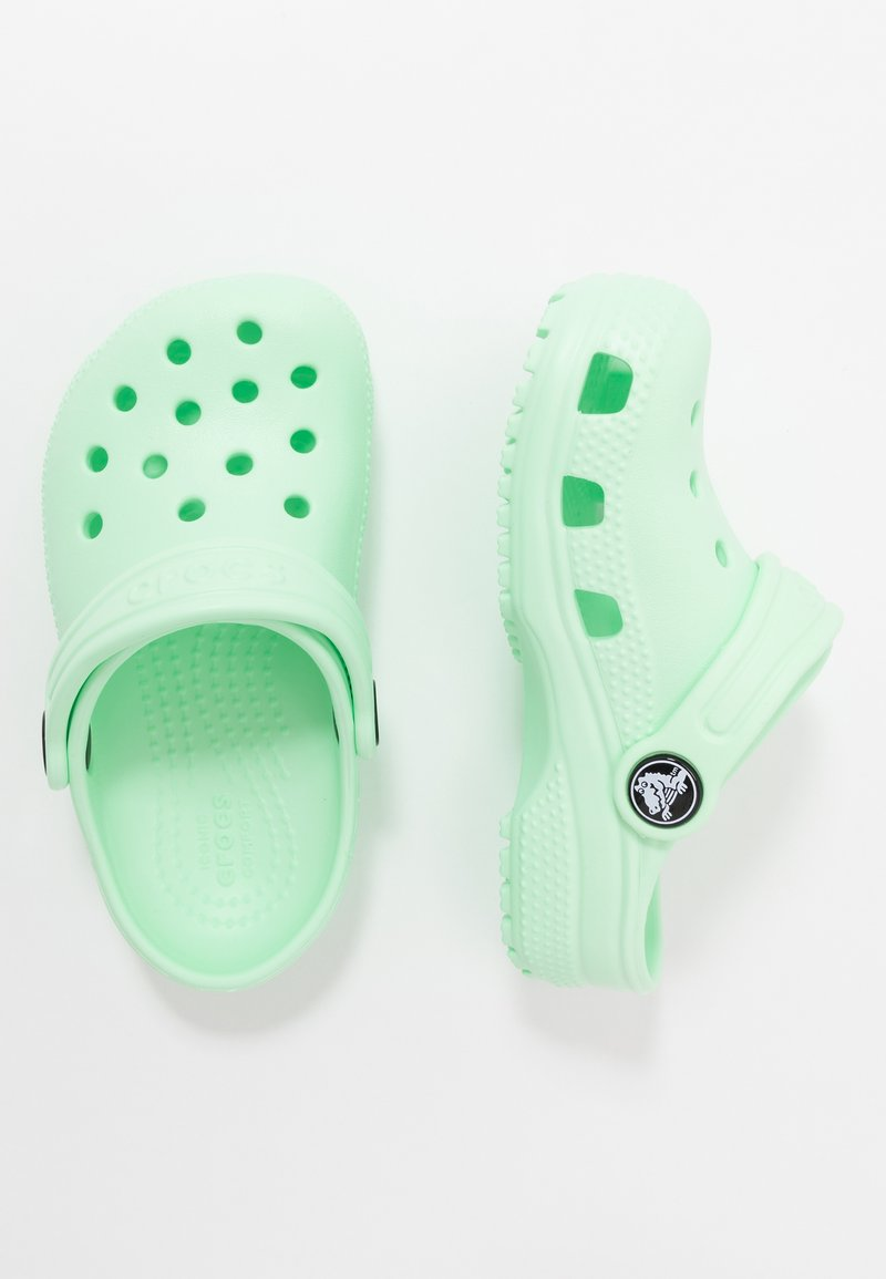Crocs - CLASSIC UNISEX - Sandały kąpielowe - neo mint