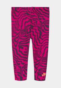 Nike Sportswear - SET - Print T-shirt - fireberry - 2