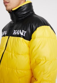 Karl Kani - RETRO BLOCK PUFFER JACKET - Zimní bunda - yellow/black - 5
