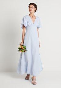 NA-KD - ZALANDO X NA-KD V NECK FLOWY DRESS - Galajurk - dusty blue - 1
