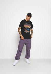 Mennace - WASHED PETROL RACE  - T-shirt imprimé - black - 1
