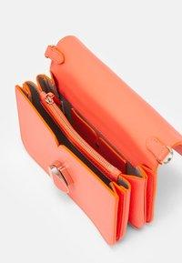 kate spade new york - NICOLA TWISTLOCK MEDIUM CONVERTIBLE CROSSBODY - Across body bag - radiant coral - 2