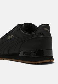 Puma - RUNNER V2 UNISEX - Sneakers - black - 6