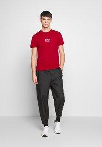 EA7 Emporio Armani - Print T-shirt - tango red - 1