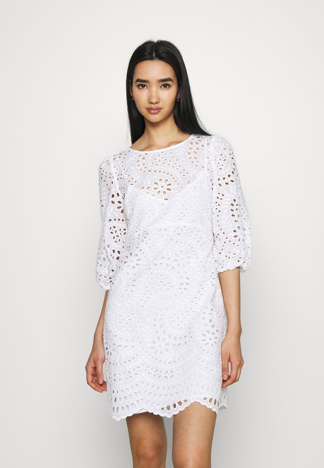 MEGAN BROIDERE SHIFT DRESS - Korte jurk - porcelain
