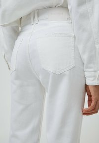 PULL&BEAR - MOM - Relaxed fit jeans - white - 5