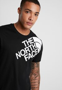 The North Face - SHOULDER LOGO TEE - T-shirt con stampa - black/white