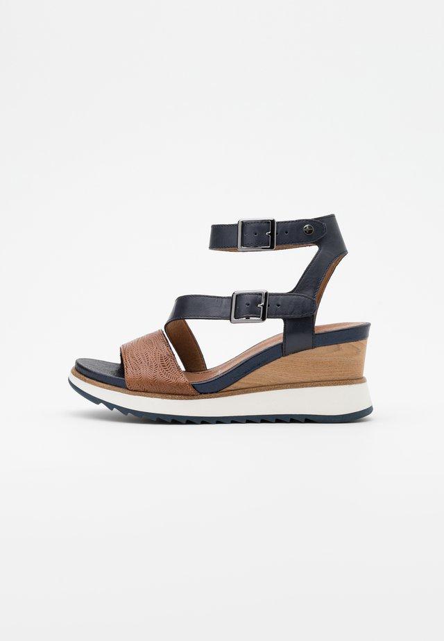 Sandalias con plataforma - navy/nut