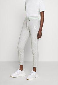 True Religion - PANT SLIM FLE HORSESHOE - Pantalones deportivos - grey melange - 0