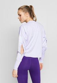 Nike Performance - MIDLAYER CREW REBEL - Camiseta de deporte - lavender mist/white/black - 2