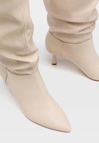 Stradivarius - IN KNITTEROPTIK - Boots - off-white - 4