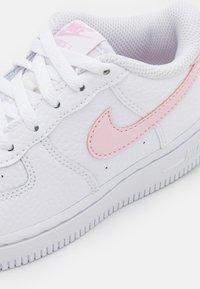 Nike Sportswear - FORCE 1 UNISEX - Zapatillas - white/pink foam - 5