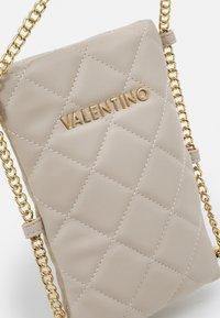 Valentino Bags - OCARINA - Étui à portable - ecru - 3