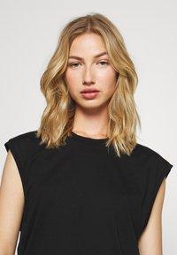 Monki - CHRIS 2 PACK - Basic T-shirt - black dark/white light - 6