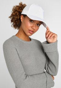 Armani Exchange - MAN'S HAT UNISEX - Cap - bianco - 4
