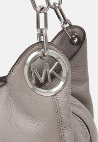 MICHAEL Michael Kors - LILLIE CHAIN TOTE - Handbag - pearl grey - 4