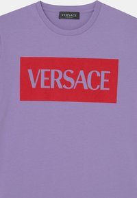 Versace - UNISEX - Print T-shirt - lilla/rosso - 2