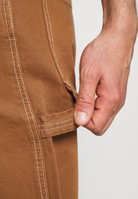 Levi's® - TAPERED CARPENTER - Relaxed fit jeans - toffee - 3