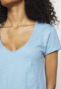 DRYKORN - AVIVI - Basic T-shirt - blau - 4