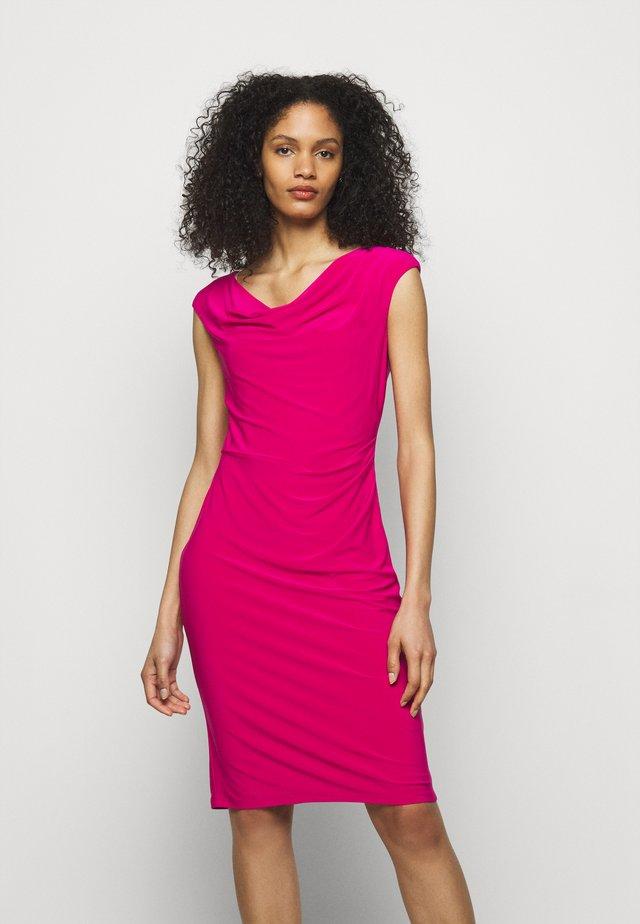 VARELLA CAP SLEEVE DAY DRESS - Pouzdrové šaty - aruba pink