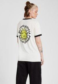 Volcom - OZZY RINGER TEE - Print T-shirt - star_white - 2