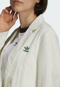 adidas Originals - TENNIS LUXE BLAZER ORIGINALS JACKET - Blazer - off white - 4