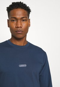 adidas Originals - LINEAR REPEAT ORIGINALS LONG SLEEVE - Long sleeved top - crew navy - 3