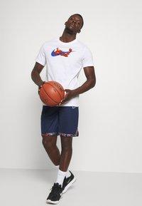 Nike Performance - TEE GLOBAL EXPLORATION - Print T-shirt - white - 1