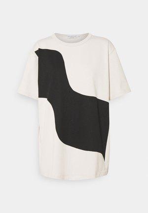 KIOSKI VAHVA TAIFUUNI PLACEMENT - T-shirt print - light beige/black
