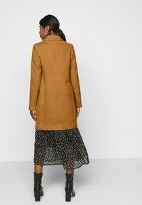 Vero Moda Petite - VMCALACINDY JACKET - Classic coat - tobacco brown - 2
