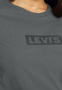 Levi's® - THE PERFECT TEE - T-shirt med print - box tab forged iron - 4